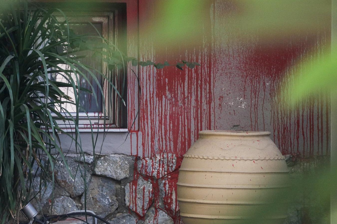 Οι πρώτες φωτογραφίες από την επίθεση του Ρουβίκωνα σε εστιατόριο