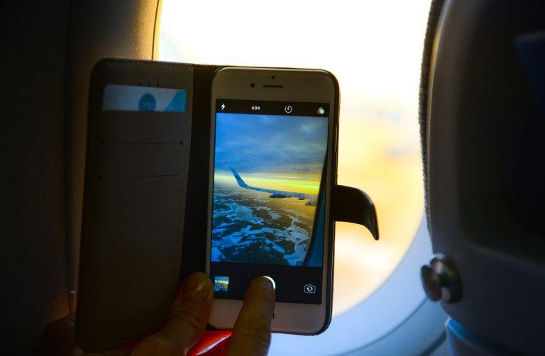 Αυτός είναι ο πραγματικός λόγος που μας λένε να κλείνουμε τα κινητά μας στο αεροπλάνο