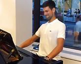 Ο Τζόκοβιτς παίζει... playback το We are the Champions στο πιάνο (video)