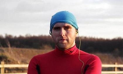 Τυφλός αθλητής έτρεξε υπερμαραθώνιο στην έρημο με… οδηγό το κινητό του!