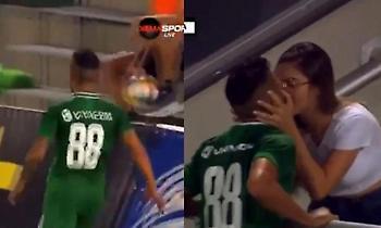 Του ακύρωσαν το γκολ όσο... φιλούσε την κοπέλα του (video)