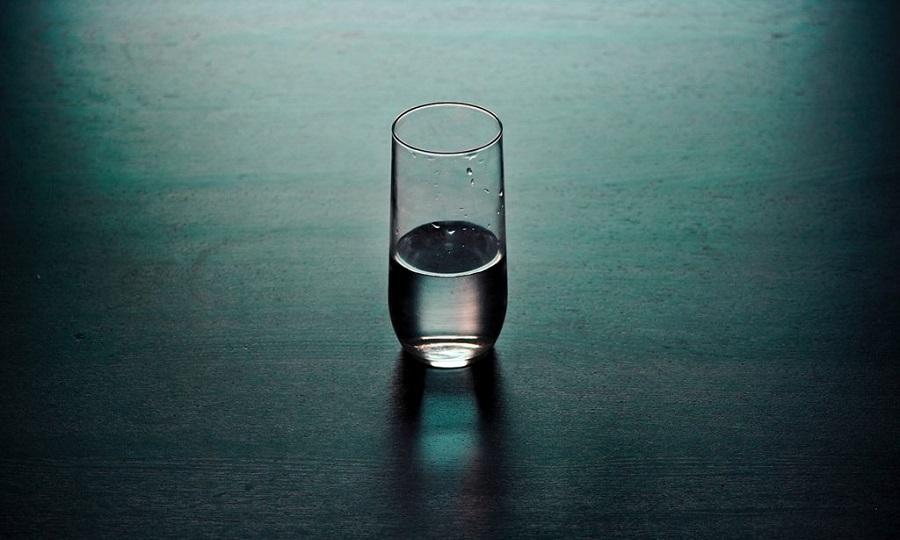 Πίνετε νερό τη νύχτα; Τι πρέπει να προσέχετε