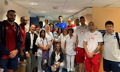 Μοίρασαν δώρα σε παιδιά οι παίκτες των Ολυμπιακού, Εφές και Βενέτσια (pic)