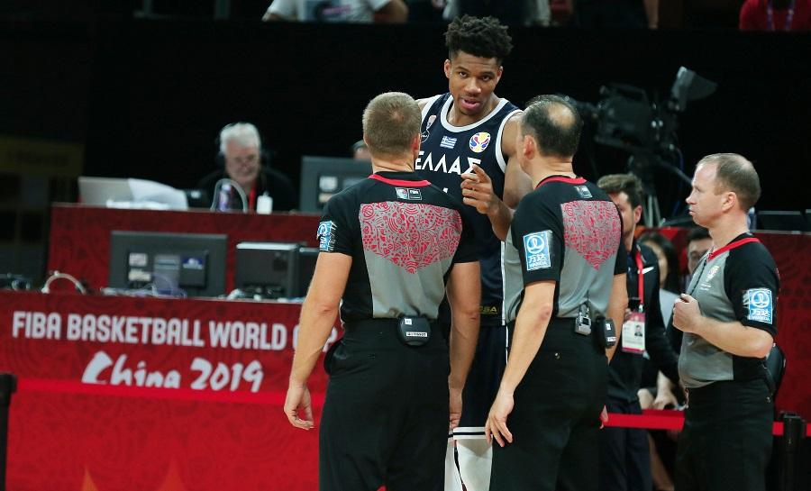 Διαμαρτυρία της ΕΟΚ στη FIBA, ζητά διαγραφή των τριών διαιτητών και όχι μόνο