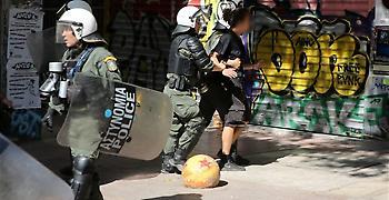 Δεκαέξι προσαγωγές μετά από επίθεση κουκουλοφόρων σε ΜΑΤ στα Εξάρχεια