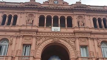 Κρέμασαν μία μπασκέτα στο προεδρικό μέγαρο της Αργεντινής προς τιμήν της εθνικής (pic)