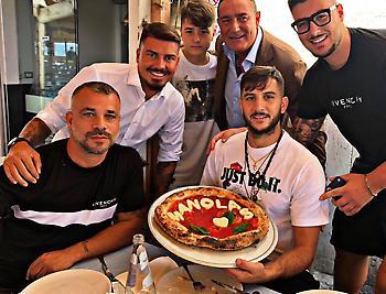 Έγινε... πίτσα ο Μανωλάς (pic)