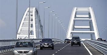 Ένοπλος άνδρας απειλεί να ανατινάξει μια γέφυρα στο Κιέβο