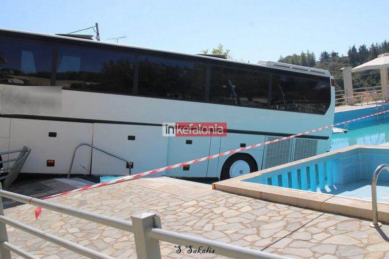 Κεφαλονιά: Λεωφορείο έπεσε σε πισίνα (pics)