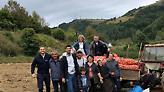 Ο Τζόκοβιτς πήγε για... πατάτες σε χωριό της Σερβίας (pics)