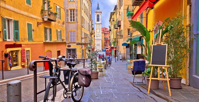 Γαλλία: Δήμαρχος υποχρεώνει τους κατοίκους της πόλης «να είναι χαρούμενοι»
