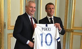 Ο Φινλανδός πρωθυπουργός έκανε δώρο στον Μακρόν μια φανέλα Τεέμου Πούκι! (pic)