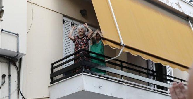 Γιαγιά υψώνει τις γροθιές της για να τιμήσει τον Παύλο Φύσσα (pics)