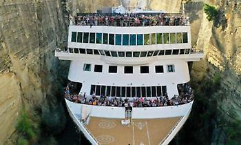 «Έξυσε» τα βράχια: Το μεγαλύτερο υπερωκεάνιο που μπήκε ποτέ στον Ισθμό της Κορίνθου (pics)