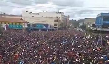 Στους δρόμους όλη η Κένυα για να πανηγυρίσει το ρεκόρ του Κιπτσόγκε (vid)