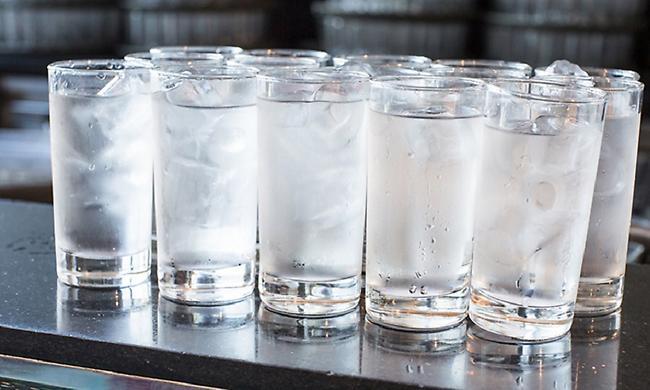 Γιατί όταν πίνουμε παγωμένο νερό καίμε θερμίδες;