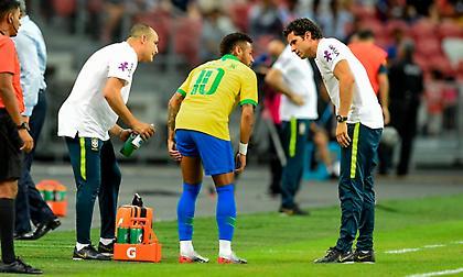 Αποχώρησε τραυματίας από το φιλικό της Βραζιλίας ο Νεϊμάρ