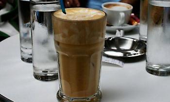 Η μυστική συνταγή του καφενείου που έκανε για μισό αιώνα τον κορυφαίο φραπέ στην Ελλάδα