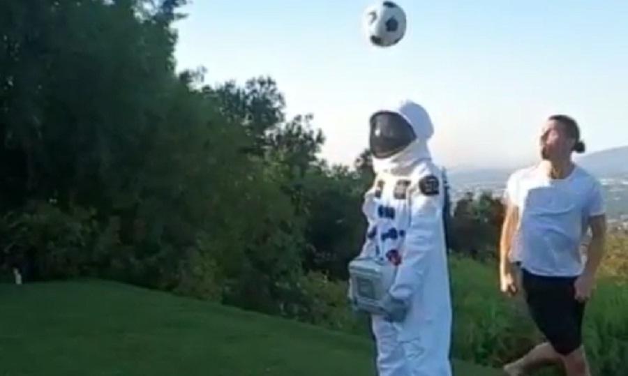 Ντριμπλάρει και... αστροναύτη ο Ζλάταν (video)