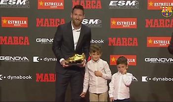 Ο Μέσι παρέλαβε το έκτο χρυσό παπούτσι από τους γιους του (video)