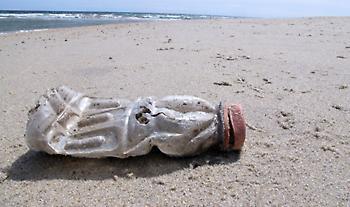 Πλαστικά απορρίμματα από ωκεανούς για τη φιάλη γνωστού αναψυκτικού