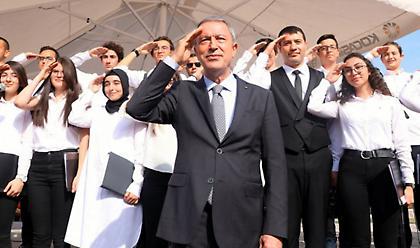 Προβληματισμό προκαλούν οι στρατιωτικοί χαιρετισμοί Ερντογάν – Ακάρ (pics/video)