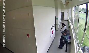 Ανατριχίλα: Προπονητής αγκαλιάζει οπλισμένο μαθητή και γλιτώνει σχολείο από τραγωδία