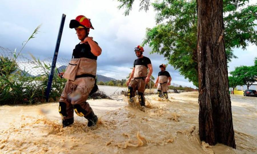 Ένας νεκρός και τέσσερις αγνοούμενοι στις πλημμύρες που σαρώνουν την Ισπανία