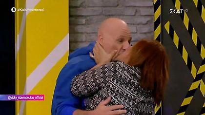 Βίκυ Σταυροπούλου: «Άρπαξε» τον Νίκο Μουτσινά και τον φίλησε στο στόμα! (video)