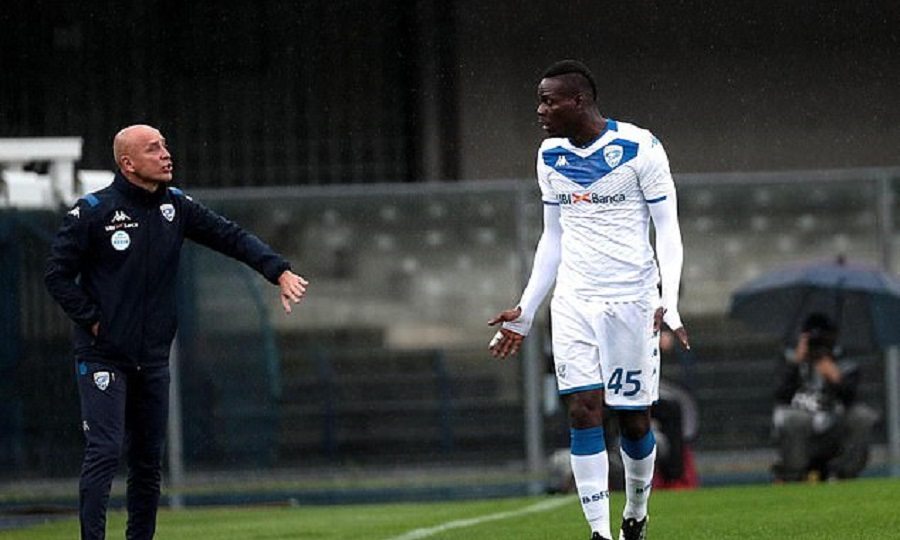 Έξαλλος από ρατσιστικές κραυγές ο Μπαλοτέλι – Απείλησε να φύγει από το γήπεδο! (video)