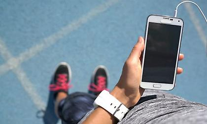 Γιατί δεν πρέπει να τρέχετε κρατώντας κινητό στο χέρι