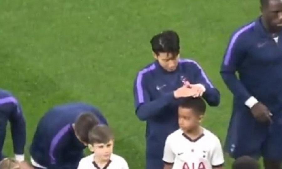 Ο υπέροχος κύριος Σον προστάτεψε παιδάκι από τη βροχή! (video)
