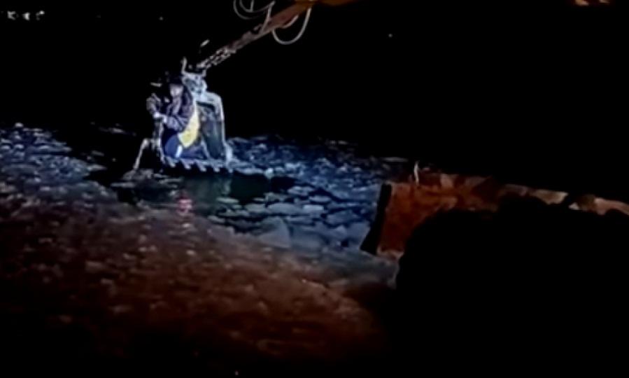 Σκύλος που έπεσε σε παγωμένα νερά σώζεται με εσκαφέα απο οικοδόμους (video)