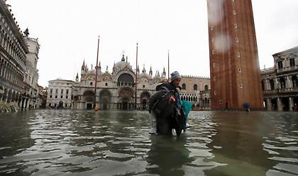 Σαρώνει την Ιταλία η κακοκαιρία - Κάτω από το νερό η Βενετία