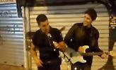 Μοναστηράκι: Αστυνομικός πήρε το μικρόφωνο και τραγούδησε μαζί με πλανόδιο