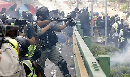Χονγκ Κονγκ: Οξύνεται η κατάσταση με την αστυνομία να απειλεί με «πραγματικές σφαίρες»