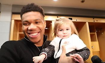 Με μωρό στην αγκαλιά μίλησε στα ΜΜΕ ο Γιάννης (video)