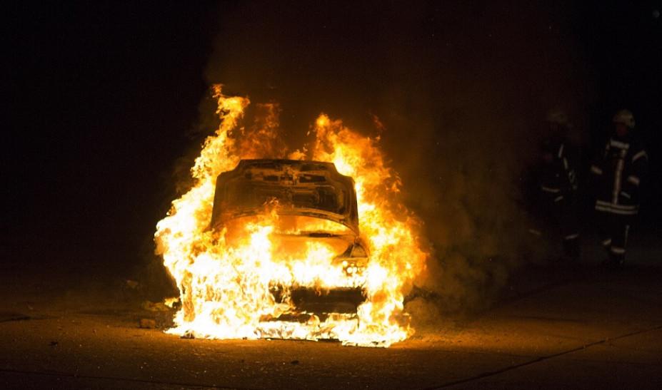 Κάηκαν τρία αυτοκίνητα σε πυλωτή πολυκατοικίας στον Ταύρο