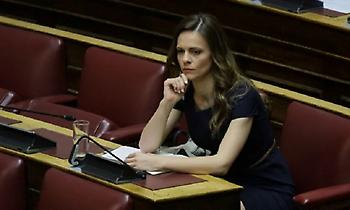 Έφη Αχτσιόγλου: «Απολύτως ψευδής» η ανακοίνωση του υπουργείου Εργασίας
