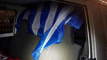 Συνελήφθη διακινητής στη Χίο: Έκρυβε 10 πρόσφυγες κάτω από ελληνική σημαία