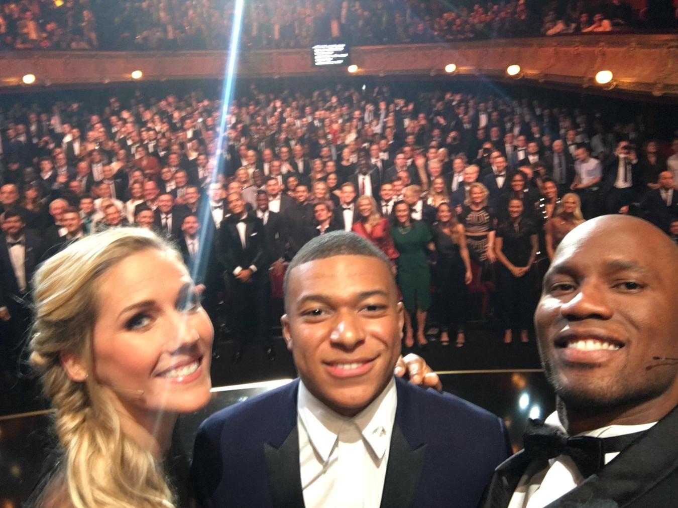 Απίστευτος στην παρουσίαση ο Ντρογκμπά, τους σήκωσε όλους όρθιους για selfie (pic/video)