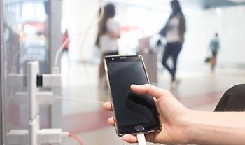 Γιατί δεν πρέπει να φορτίζεις το κινητό σου με αυτόν τον τρόπο
