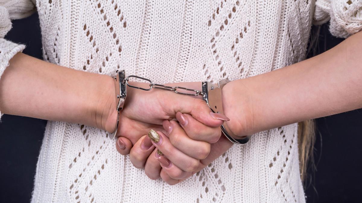 Αιματηρό επεισόδιο στη Κρήτη: 21χρονη επιτέθηκε με μαχαίρι σε 26χρονο