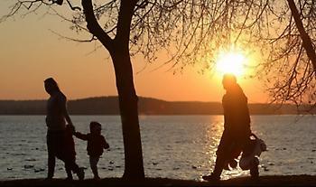 Ο σχεδιασμός της κυβέρνησης για στήριξη της οικογένειας: Mέτρα για αναδοχή κι υιοθεσία