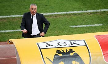 Αποχαιρέτησε με δάκρυα στα μάτια τους παίκτες της ΑΕΚ ο Κωστένογλου