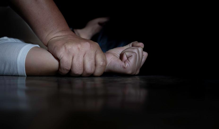Φρίκη: Ανάγκαζε την κόρη του να δουν πορνό και την βίαζε επί 15 χρόνια