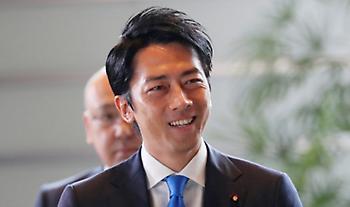 Ιάπωνας υπουργός πάει κόντρα στα στερεότυπα και παίρνει άδεια πατρότητας