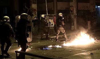Επίθεση αντιεξουσιαστών σε ΜΑΤ έξω από τη Νομική