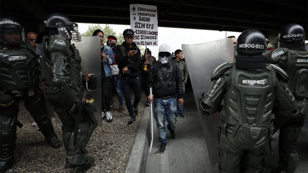 Κολομβία: Άγριες συμπλοκές της αστυνομίας με διαδηλωτές