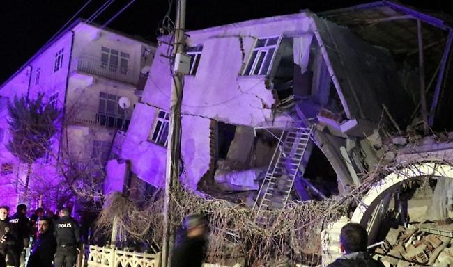 Σεισμός στην Τουρκία: 19 νεκροί, 922 τραυματίες, δεκάδες εγκλωβισμένοι